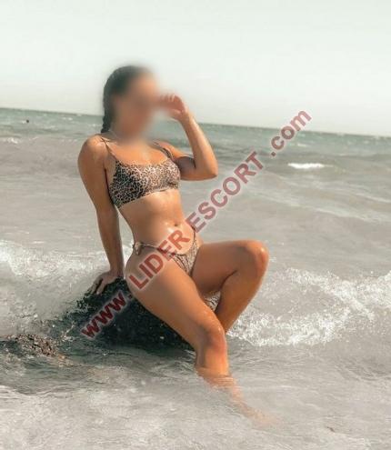 joven latina guapa y cariñosa -