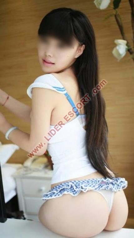 Preciosas asiáticas jóvenes en Puerta del Angel -