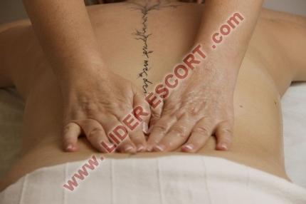 Masajista profesional, con camilla -